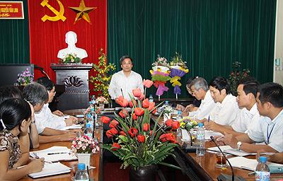 Ông Doãn Thế Cường, Phó Bí thư Thường trực Tỉnh uỷ, Trưởng đoàn đại biểu Quốc hội tỉnh làm việc với Trường Chính trị Nguyễn Văn Linh